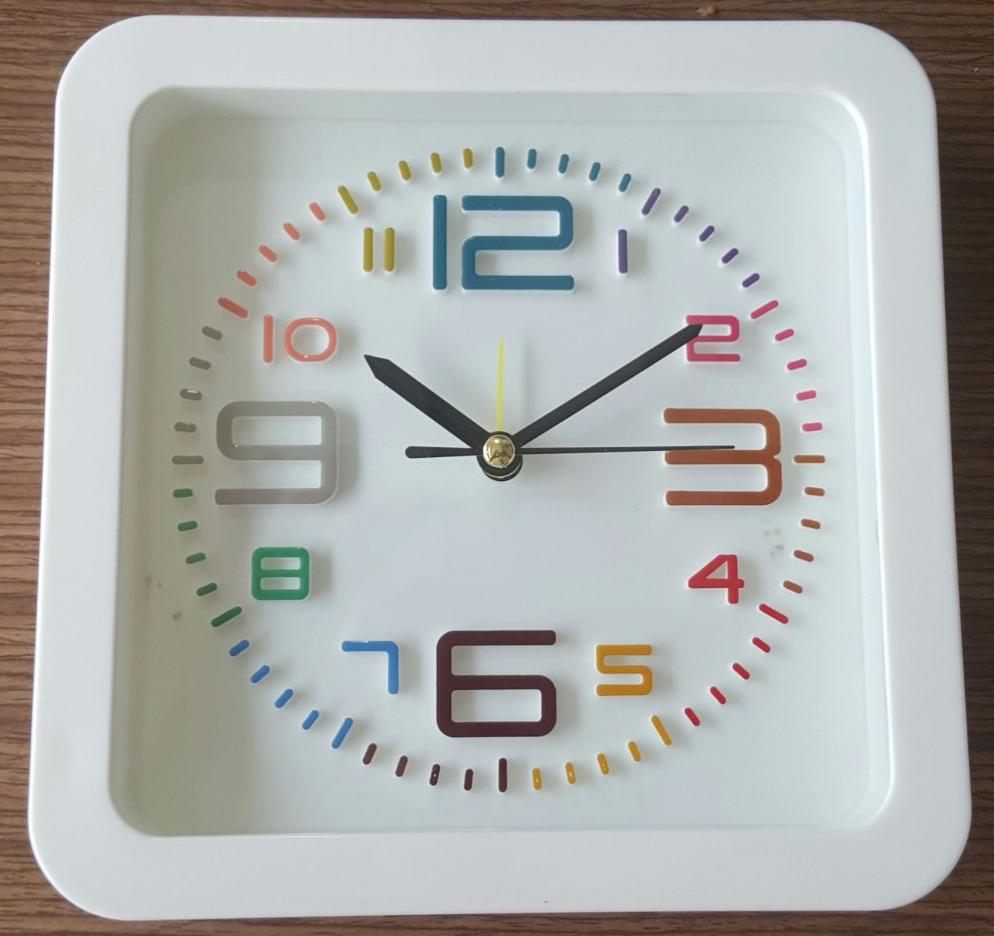 Đồng hồ để bàn hình vuông