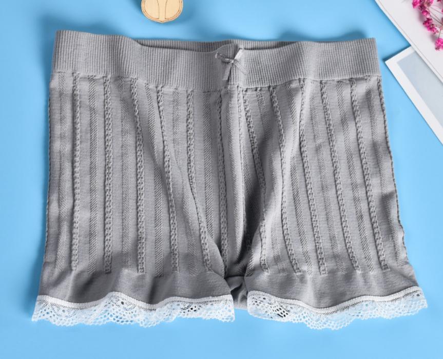 Quần ren mặc trong váy sọc