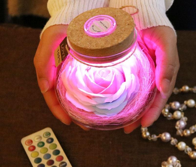 Hoa hồng trong lọ thủy tinh có đèn