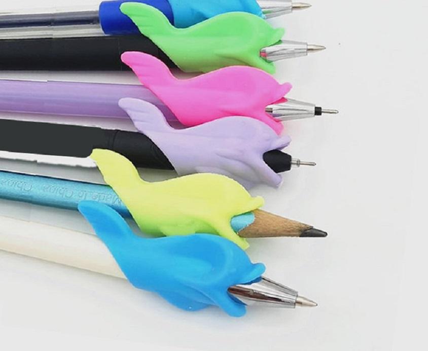 Dụng cụ đệm bút viết cho bé hình cá heo