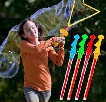 Thanh kiếm tạo bong bóng lớn cho bé